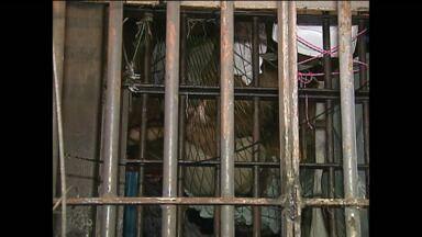 Mesmo interditado, cadeião de Ponta Grossa continua recebendo presos - Já são 630 presos.