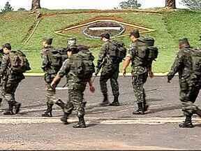 Militares do Exército de Uberlândia se preparam para a Copa do Mundo - Cerca de 600 homens participaram de uma marcha de oito quilômetros. Desses, 450 vão participar da operação Copa Planalto em Brasília.