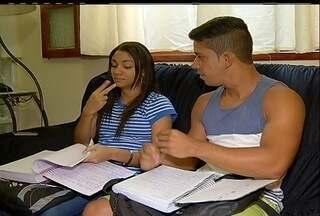Em Cabo Frio, RJ, mães de alunos deficientes auditivos reclamam da ausência de interprete - Secretaria Estadual disse que vai solucionar o problema.