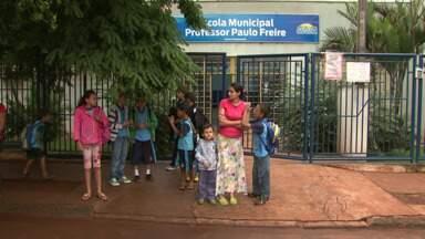 Pais reclamam da falta de material escolar e uniformes em escolas de Sarandi - Uniformes devem chegar até o dia 15 de abril, segundo Secretária de Educação