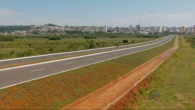 Mesmo com trânsito impedido, motociclistas circulam pela Avenida Dique 2, em Pouso Alegre - Mesmo com trânsito impedido, motociclistas circulam pela Avenida Dique 2, em Pouso Alegre