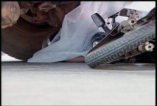 Motociclista morre em acidente com caminhão em Montes Claros - Segundo moradores e comerciantes, acidentes no local são comuns.
