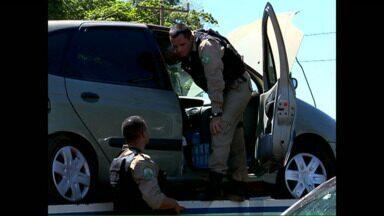 Contrabandistas mudam forma de agir na fronteira - Em vez de usarem carros com financiamento, agora eles usam carros roubados. Quando são pegos, motoristas abandonam os carros para não serem presos.