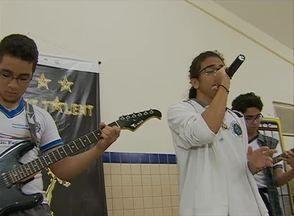 Quadro 'ABTV Vai à Escola' mostra projeto de música associada a línguas estrangeiras - Na Escola Arnaldo Assunção, projeto existe há seis anos. Nele, há formação de solista, dupla e de banda.