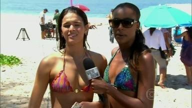 Bruna Marquezine conta que adora praia e sol - Elenco de Em Família mostra como é um dia de gravação na praia