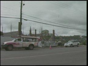 Carreta carregada de lenha atinge rede elétrica de uma avenida em Santa Rosa, RS - Os fios foram arrebentados e um poste caiu em cima de um veículo.