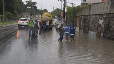 Chuva causa transtornos nas ruas de Manaus - Trânsito de veículos ficou prejudicado e ruas ficaram alagadas.