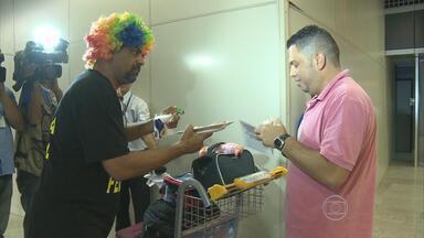Policiais federais entregam pizzas em protesto no Aeroporto do Recife - Categoria pede reestruturação nos planos de carreira e salário. Cerca de 50 pessoas participam do ato, vestidas de palhaço.