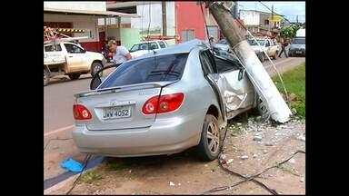 Carro em alta velocidade bate em poste na Curuá-Una - O motorista alegou que tinha urgência em chegar ao PSM para socorrer uma sobrinha, quando tentou desviar de uma moto e se chocou contra o poste.