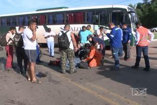 Acidente deixa trânsito lento entre o Anjo da Guarda e o Porto do Itaqui - Alexandre Miranda Oliveira, que pilotava a moto, foi atingido na perna por este ônibus, ao tentar fazer um retorno na BR-135.