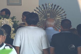 Enterrado corpo da professora assasinada em assalto - Crime ocorreu no bairro de Itapuã, em salvador, no último domingo. Até agora, apenas um suspeito se entregou à polícia.