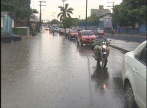Forte chuva causa transtornos, em Manaus - Árvores foram derrubadas; houve alagações e problemas no trânsito durante as horas de temporal.