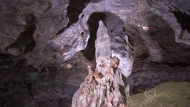 Imagem de santa é esculpida por água num dos maiores complexos de cavernas do Brasil - No extremo nordeste goiano, debaixo de um paredão de calcário de quase 60 quilômetros, se escondem centenas de geladeiras subterrâneas. Lá, estão três, das maiores cavernas do país.