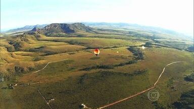 Conheça a Chapada dos Veadeiros a bordo de um balão - Flutuamos por uma paisagem sem igual. Cachoeiras gigantescas, montanhas e, lugares ainda proibidos para visitantes. Parque foi criado há 53 anos. Desde então, mudou a vida de muita gente.