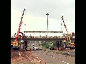 Instalação de vigas em viaduto interrompe trânsito parcialmente - Trabalho está sendo realizado no viaduto da PR 445 com a BR 369, entre Cambé e Londrina.