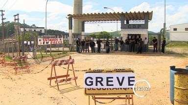 Polícia transfere 69 presos para CDP de S. José durante greve de agentes - Greve na região completa 11 dias nesta sexta (21); categoria pede reajuste. Sob tensão, outros 22 presos foram transferidos para o CDP de Potim.