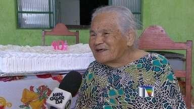 Idosa de Taubaté comemora 105 anos neste sábado (22) - Beatriz Araújo, que tem 24 filhos e 150 netos, bisnetos e tataranetos, completa 105 anos neste sábado (22). Segundo o Instituto Brasileiro de Geografia e Estatísticas (IBGE), a expectativa do brasileiro é 74 anos.