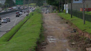 Obra em marginal da BR-277 está parada - Rua estava sendo reformada numa parceria entre a Prefeitura de Curitiba e o Governo do Estado.