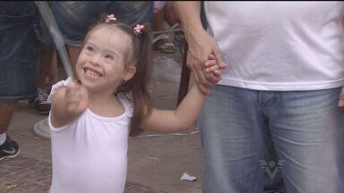 Familiares de pessoas com síndrome de down fazem caminhada em prol de campanha - Caminhada foi em comemoração do dia internacional da Síndrome de Down