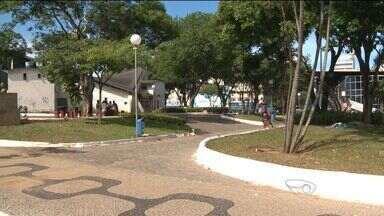Moradores de rua dormem, bebem e fumam na praça Duque de Caxias em Vila Velha, ES - Prefeitura disse acompanha o caso.
