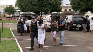 Operação policial prende dez pessoas no Paranoá - As polícias Civil e Militar prenderam dez homens por roubo, furto, porte ilegal de armas, tráfico de drogas e receptação. Um adolescente também foi apreendido.