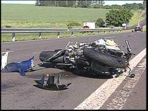Quarenta motociclistas morrem por dia em acidentes de trânsito no Brasil, diz pesquisa - Dados do Departamento Nacional de Trânsito mostram que 40 motociclistas morrem por dia em acidentes de trânsito em todo o país. A estatística é resultado do aumento da frota de motos.