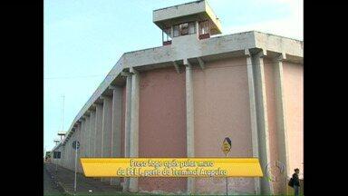 Preso pula muro e foge da Penitenciária Estadual de Londrina - Um carro estava do lado de fora e levou o fugitivo embora. O veículo já foi encontrado mas o preso continua foragido.
