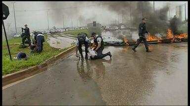 Protesto na Estrutural fecha trânsito para Plano Piloto - Milhares de trabalhadores ficaram presos no engarrafamento. A polícia enfrentou os manifestantes com bombas de gás lacrimogênio e gás de pimenta. Dez pessoas foram presas.