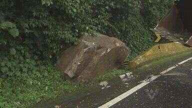 Queda de barreira interdita rodovia Mogi-Bertioga - Pedras deslizaram sobre a pista, interditando o trânsito