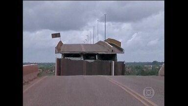 Balsa derruba 80 metros de uma ponte no Pará - A ponte fica sobre o Rio Moju, no nordeste do estado, e tem 900 metros de extensão. Cerca de 74 mil pessoas que vivem no município de Moju estão impedidos de sair da cidade pela estrada.