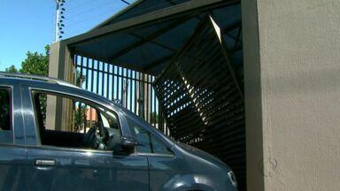 Carro invade casa em Foz do Iguaçu - Por sorte ninguém ficou ferido