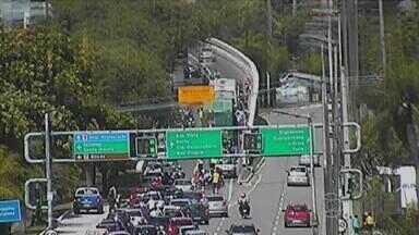 Colisão entre dois ônibus deixa dez pessoas feridas no Espinheiro - Acidente foi na subida do viaduto da Avenida João de Barros, às 8h30.