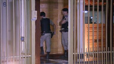 Policial é preso depois de atirar na mulher dentro de casa, em Belo Horizonte - Ele disse à PM que o tiro foi acidental. Baleada passou por cirurgia, e o estado de saúde é estável.
