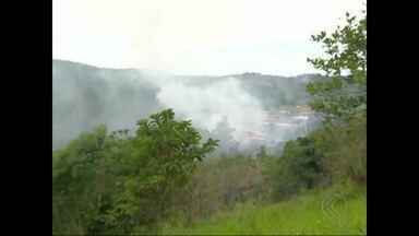 Incêndio atinge indústria química em Cataguases, MG - Incêndio foi controlado, mas ainda há focos no local; ninguém ficou ferido. Bombeiros de Juiz de Fora e Muriaé atuaram no combate às chamas.