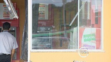 Criminosos explodem caixa eletrônico na zona leste de São José - Caso aconteceu em supermercado na manhã desta segunda-feira (24). Segundo a PM, dois homens teriam participado da ação; Ninguém foi preso.