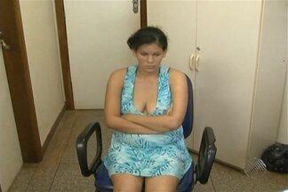 Mulher é presa sob a suspeita de espancar o filho de dois meses - Mulher disse à polícia que bateu na criança porque ela não parava de chorar.