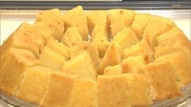 Bolo de mandioca faz sucesso em Goiás - O bolo de mandioca é conhecido como Mané Pelado, em Goiás. E sempre vem acompanhado do cafezinho.