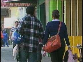 Comércio de Uruguaiana, RS, comemora a chegada do frio na cidade - Clientes decidiram renovar o guarda-roupa.