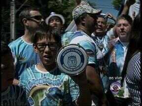 Foliões ainda comemoram o título da escola Ilha do Marduque - Escola de samba foi a vencedora do carnaval fora de época de Uruguaiana, RS, de 2014.