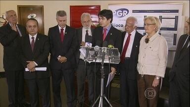 Oposição tenta recolher assinaturas para a criação da CPI da Petrobras - Além da CPI, existe um clamor para que a presidente Dilma seja investigada. A compra da refinaria de Pasadena, nos EUA, foi prejudicial para a Petrobras.