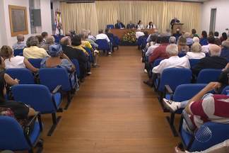 """Sessão na Academia de Letras da Bahia comemora os 80 anos do professor Edivaldo Boaventura - No evento também foi lançado o livro """"Portugal, Um Denso País"""", escrito pelo homenageado."""