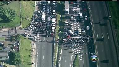 Manifestantes fecham o trânsito na Rodovia Anhanguera em São Paulo - Integrantes do MTST interditam a pista local e a expressa da via Anhanguera no sentido capital. Eles atearam fogo em pneus. Um grande congestionamento se forma na estrada. A Rodovia dos Bandeirantes é uma opção para evitar o protesto.