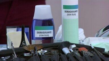 Melhor retirar maquiagem com produto sem óleo - A dermatologista Sabrina Alessi alerta que o demaquilante não deve deixar nenhum resíduo nas pálpebras. Ela mostra ainda um novo produto que faz crescer os cílios.