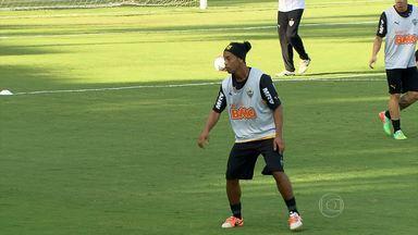 Com baixo rendimemento, Ronaldinho passa a ser alvo de críticas - Após desfalcar o clube e não ter bom desempenho na temporada, craque passa a ser alvo de críticas