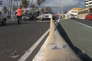 Ônibus colidem e poste é derubado; veja no Giro de Notícias - Acidente por pouco não acaba em tragédia.