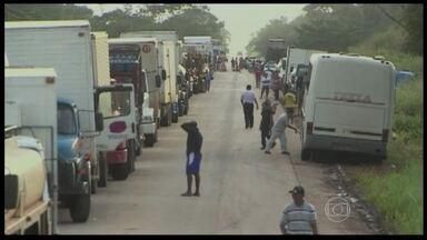Cheia do Rio Madeira ameaça as cargas de produtos perecíveis no Acre - Filas grandes em balsa improvisada atrasam a viagem dos caminhões. Trecho da rodovia federal está interditado por causa da enchente. Caminhoneiros reclamam do tempo de espera da travessia.