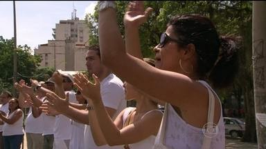 Moradores pedem paz na região da Praça Seca, em Jacarepaguá - Moradores da Praça Seca, em Jacarepaguá, foram para as ruas, no domingo (30), pedir paz na região. Eles dizem que não aguentam mais assaltos, tiroteios entre bandidos rivais e a violência no bairro.