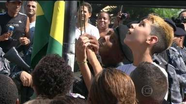 Cerimônia reúne moradores da Maré e marca a retomada do território pelo estado - Os preparativos para a ocupação do Conjunto de Favelas da Maré começaram na madrugada de domingo (30), às margens da Avenida Brasil. Uma base móvel com câmeras de vigilância foi montada na Vila dos Pinheiros.