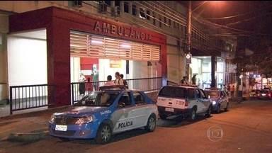 Dois PMs ficam feridos em troca de tiros no Complexo do Alemão - O confronto entre policiais e bandidos aconteceu no inicio da madrugada desta segunda (31), na comunidade Nova Brasília. Era o primeiro dia de trabalho dos agentes na comunidade. Os PMs disseram que foram surpreendidos durante um patrulhamento.