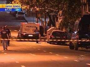 Homem é esquartejado e pedaços do corpo são jogados dentro de contêiner em Porto Alegre - Brigada Militar foi chamada depois que uma mulher que procurava materiais recicláveis mexeu no lixo e localizou parte do corpo em uma sacola.